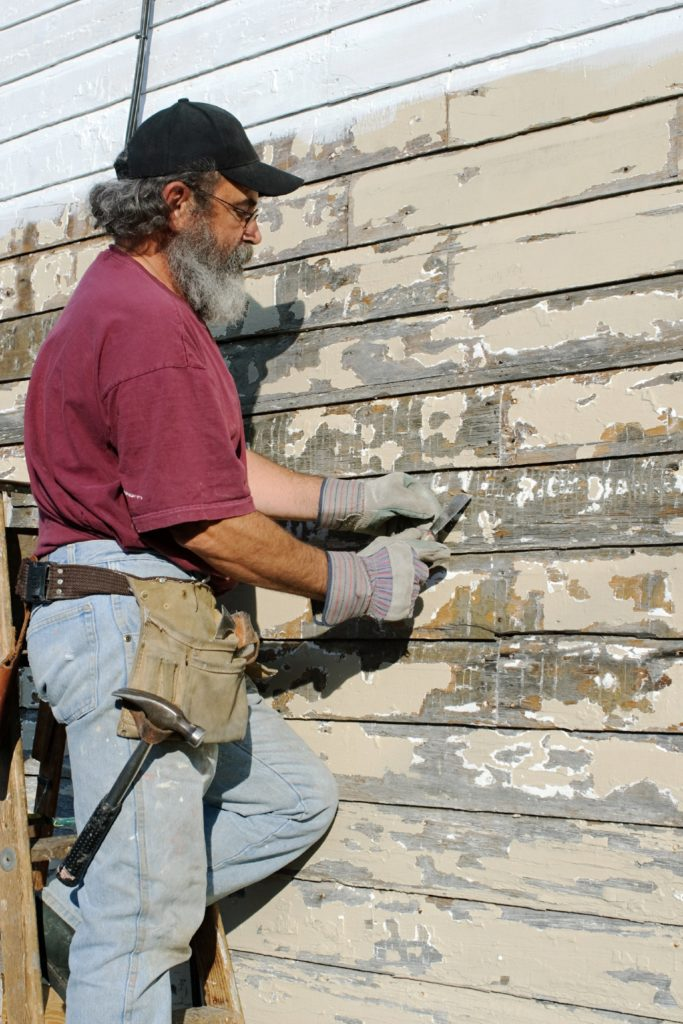 Scrape_paint_off_old_paint_on_wood_siding
